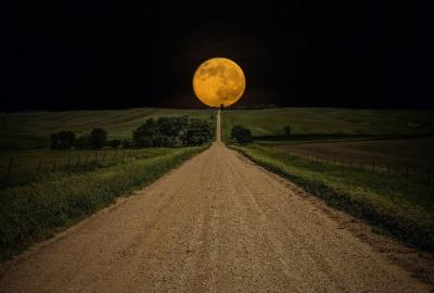 満月へ続く田舎道