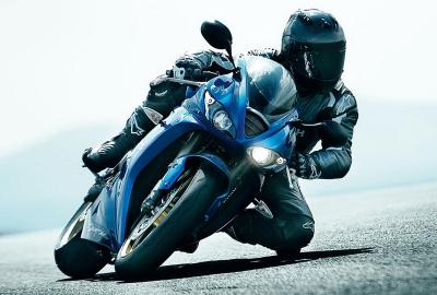 バイクを傾けて走るレーサーの壁紙